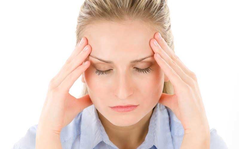 Bild zeigt Frau mit Kopfweh