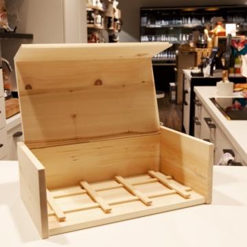Bild zeigt offene Zirbenholzbrotdose