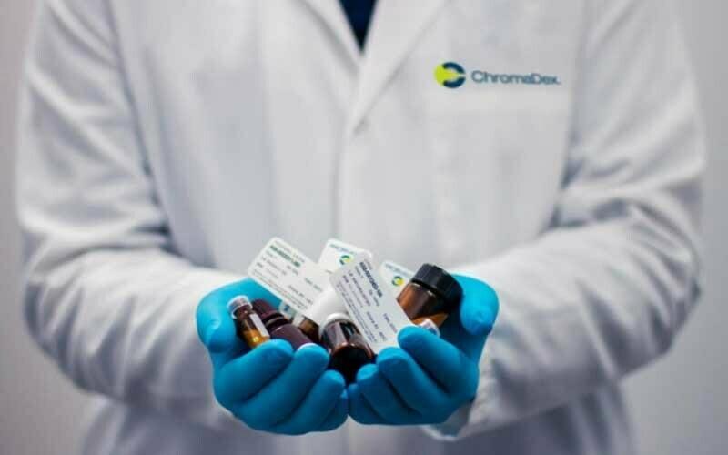 Arzt hält Medikamente in den Händen