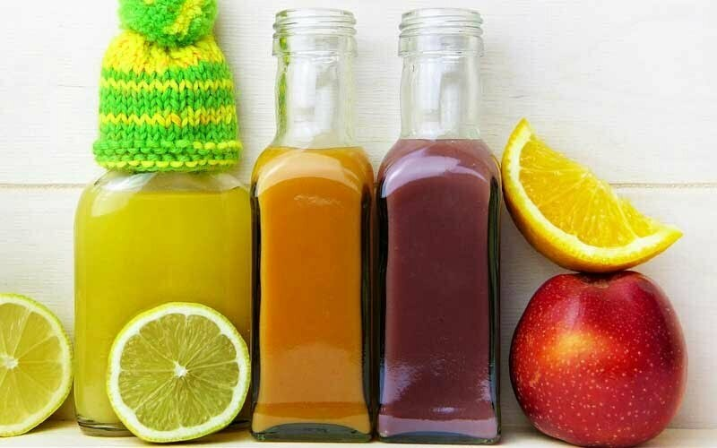 Bild zeigt Smoothies und Obst
